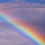 arcobaleno tra breccia tra le nubi