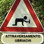 cartello di pericolo attraversamento ubriachi