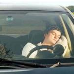 automobilista che dorme al volante