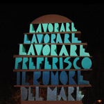 monumento presente a San Benedetto del Tronto formato dalla scritta lavorare lavorare lavorare preferisco il rumore del mare