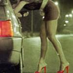 prostituta che contratta appoggiata ad una macchina