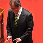 scaramanzia del ministro Calderoli che fa le corna