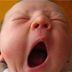 neonato che sbadiglia