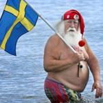 babbo natale obeso che fa il bagno con la bandiera della Svezia